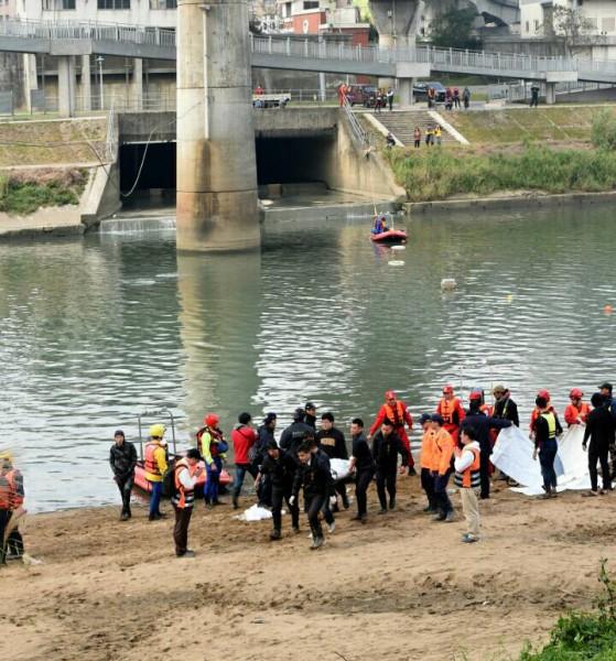 南湖大橋上下游的消波塊縫隙尋獲2具男性空難者遺體。(記者王敏為攝)