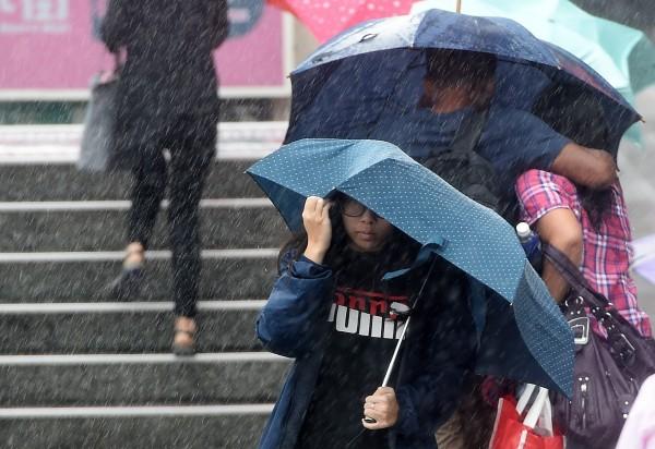 颱風卡努今天清晨中心位置在菲律賓呂宋島的北部,持續往西前進,下午就會進入南海,持續往海南島方向前進。(資料照,記者廖振輝攝)