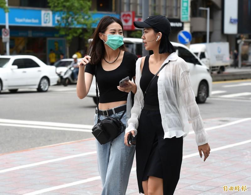 氣象局預報,明(6)日台灣各地及澎湖、金門、馬祖天氣轉穩定,且氣溫回升,大致為晴朗炎熱的天氣。(記者朱沛雄攝)