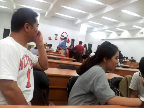 被逮捕學生被警方安置到保安大隊會議室。後面紅圈中身著藍襯衫者即為台權會律師涂予尹。(反課綱家長張先生提供)
