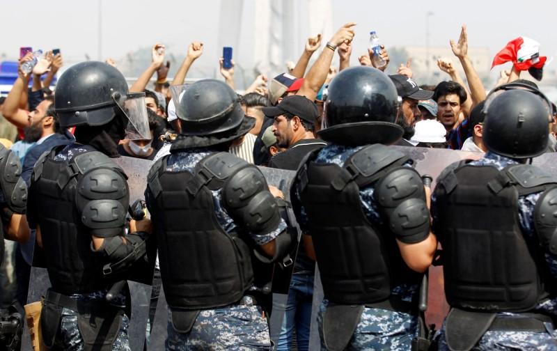 示威衝突下,甚至有2名伊拉克警察受傷身亡。(路透)