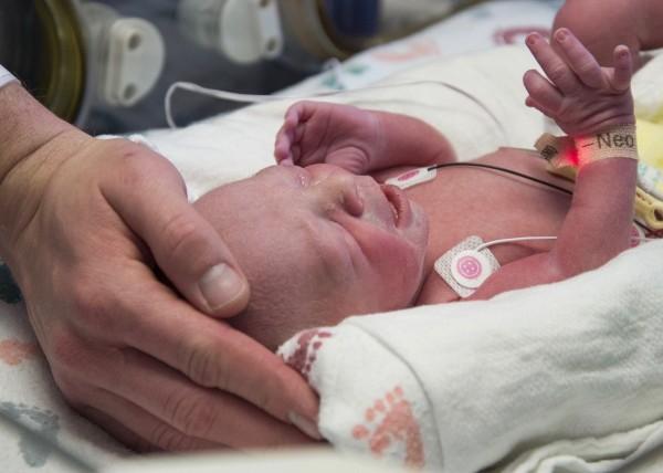 美國德州一名先天無子宮的女性,經子宮移植手術後,順利產下一名健康的嬰兒,這也是全美首件成功案例。(美聯社)