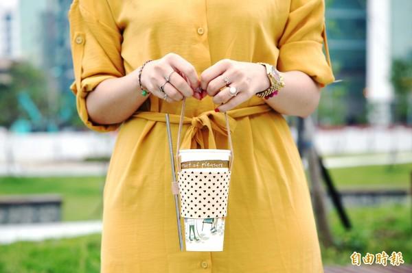 自已DIY飲料手提袋,不僅省錢,還可為環保盡心力!(記者沈昱嘉攝)