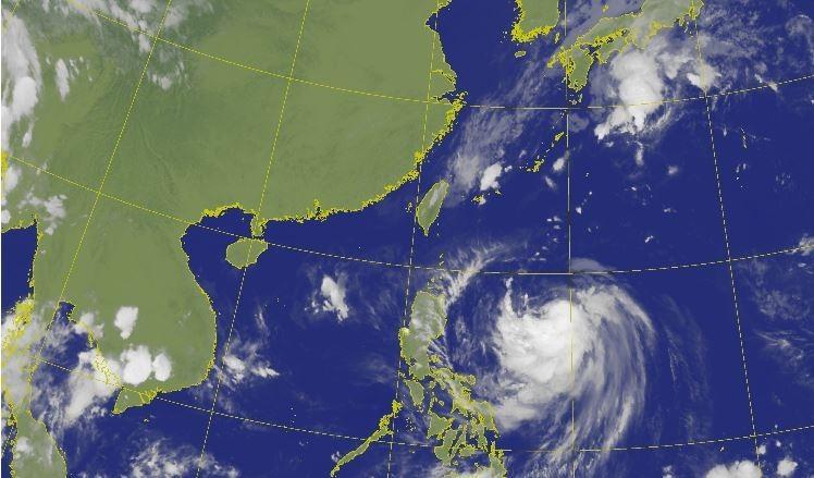 第18號輕度颱風米塔飆速靠近台灣,歐洲系集預報模式顯示,颱風影響台灣的機率急遽上升;中央氣象局表示,最快將於明天上午將發布海上颱風警報,由於米塔路徑西偏,氣象局也不排除發布陸上警報。(擷取自氣象局)