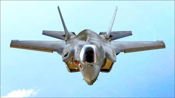 今年漢光演習電腦兵推以2025年兩岸軍力消長為模擬背景,設定中國挾著航空母艦、隱形戰機等戰力,而我國軍方納入F-35戰機。圖為F-35戰機。(路透資料照)