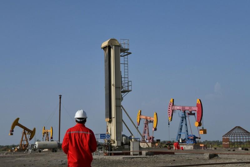 中國石油天然氣集團擔心被美國制裁,已停止了8月份對委國石油的裝載。圖為中石油在新疆的開採區。(路透)