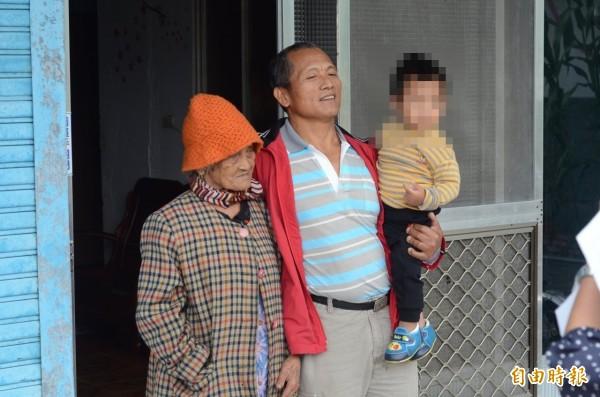 王光祿(中)上有94歲老母親,下有2歲孫子要照顧,面對即將入監服刑感到不安。(資料照,記者王秀亭攝)