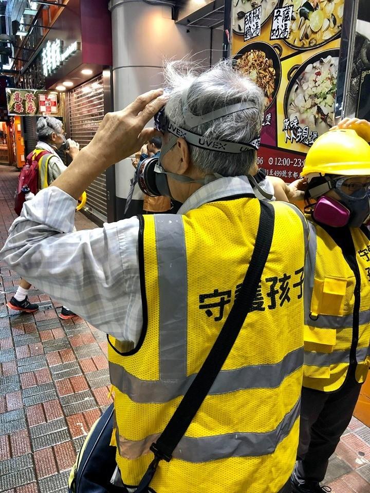 守護孩子!香港長者831上街與港人同行。銀髮族上街守護孩子的心意感動了網友。(圖擷取自臉書_維修香港-關懷社區服務隊)