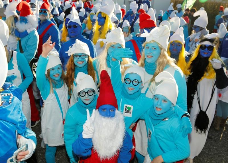 遊戲規則十分嚴格,只有那些在露出肌膚塗上藍色、並穿上小精靈服裝的人才算數。(路透)