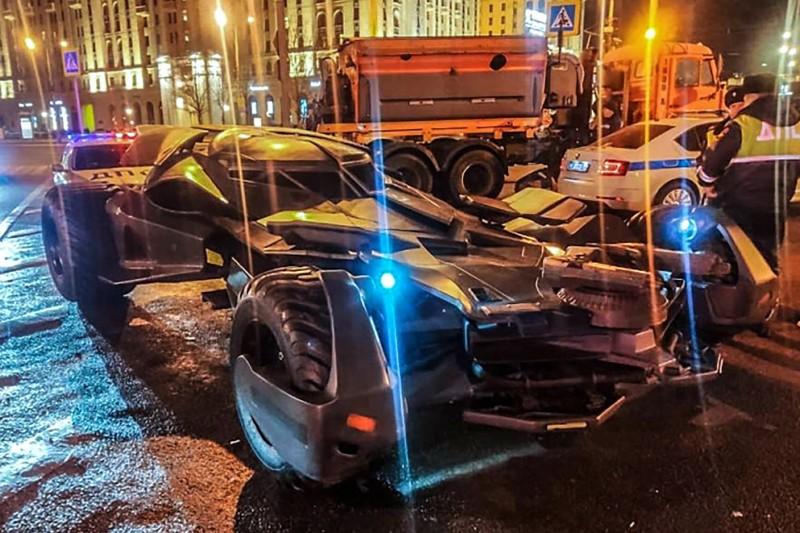 俄羅斯內政部25日晚間表示,莫斯科警方在市中心沒收一輛「私改」的「蝙蝠車」,當地媒體調侃道「也許超級英雄對失去1輛蝙蝠車並不在意,畢竟蝙蝠俠的車庫裡還有其他高科技交通工具」。(法新社)