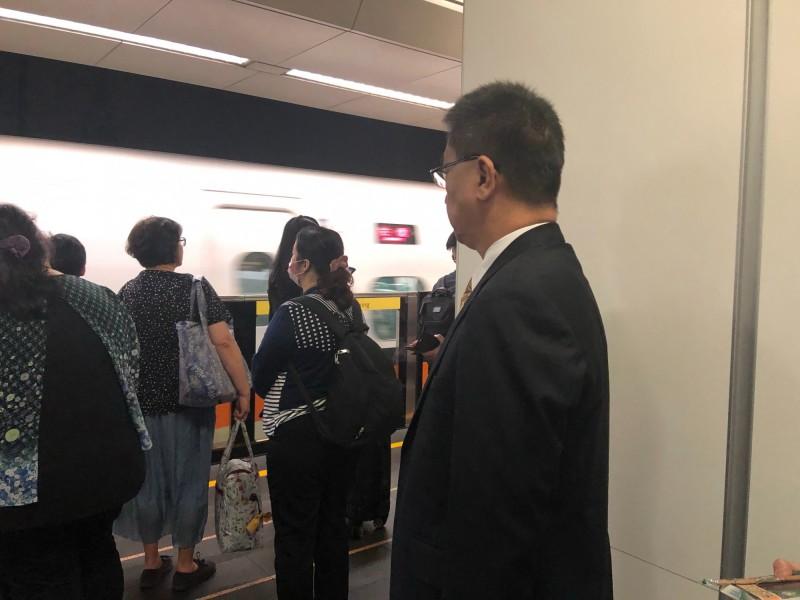 內政部長徐國勇結束立法院行程後,低調趕搭高鐵南下高雄關心治安狀況。(記者黃欣柏翻攝)