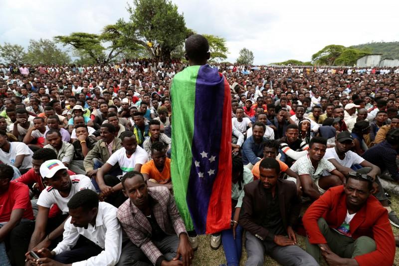政府已和錫達馬反對黨達成協議,將公投延後5個月舉行,但仍有部分民眾不滿此安排,展開抗爭與維安部隊發生激烈衝突,至少25人死亡。(路透)
