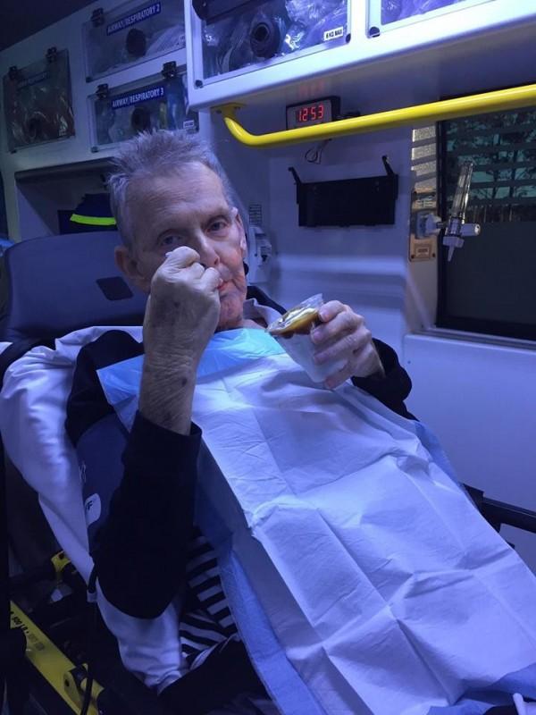 癌症患者麥卡特在救護車上享用救護人員幫他買的麥當勞聖代。(圖擷取自臉書「Queensland Ambulance Service (QAS)」)