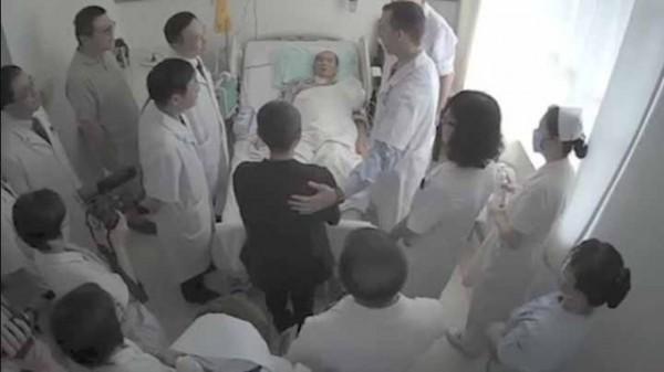 德國海德堡大學醫學院外科主任布赫勒、美國安德森癌症中心放射治療系教授赫爾曼,8日與中國專家聯合會診劉曉波,9日晚間,會診影片在YOUTUBE曝光。(圖擷取自YOUTUBE)