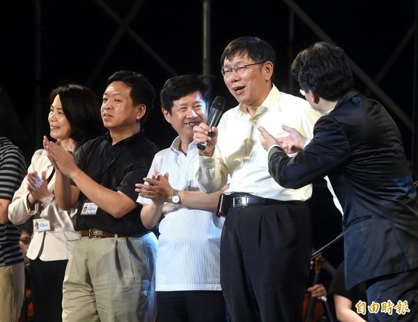 台北市觀傳局3日舉行「改變ing」音樂會,市長柯文哲(右二)出席,並上台即興表演與民同樂。(記者方賓照攝)