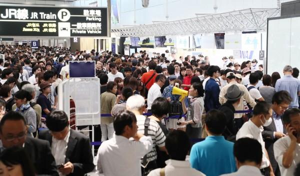 機場擠進大批旅客。(法新社)