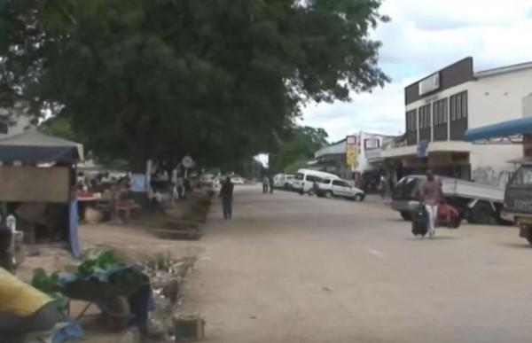 非洲南部國家辛巴威奇通圭札一名39歲男教師,2日他在等公車時,突然被3名女子綁架3天,期間將他輪姦,並取得其精液。(圖擷取自太陽報)
