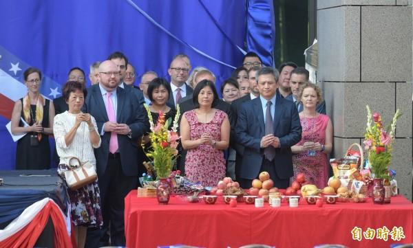 美國在台協會內湖新館12日落成,處長梅健華夫婦帶領AIT官員一同以台灣習俗,進行入厝祈福儀式。(記者張嘉明攝)