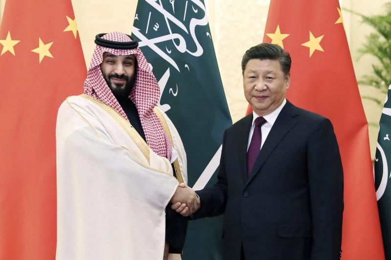 針對阿拉伯諸穆斯林國家護航中國迫害新疆維族的政策,專家痛批:「他們全都是共犯!」。圖為沙國王儲與中國國家主席會面。(資料照,美聯社)