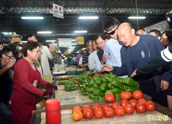 高雄市長韓國瑜昨晚夜宿果菜市場,今天凌晨三點起個大早後,就下樓跟果菜市場的攤商、菜農互動,順便看看拍賣情況如何,搭車離去時還雙手翹起大拇指比出讚。(記者張忠義攝)
