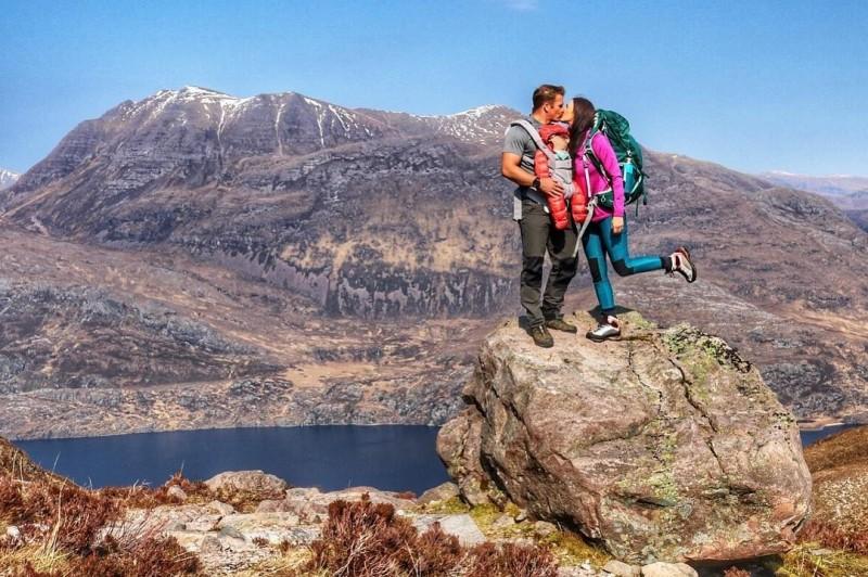 蘇格蘭的嬰兒拉拉僅僅5個月大,就已經登過13座山。(圖擷取自Caledonian Wayfarer Facebook)