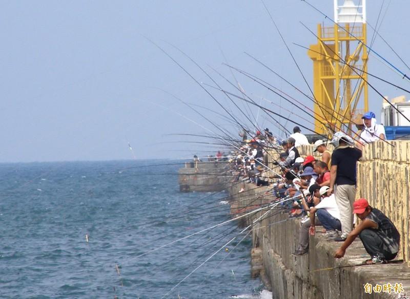 政務委員張景森說,商港、漁港的50處劃定垂釣區,並非是指50個商港、漁港。他已請農委會檢討如何協助地方政府做好漁港管理。(資料照)