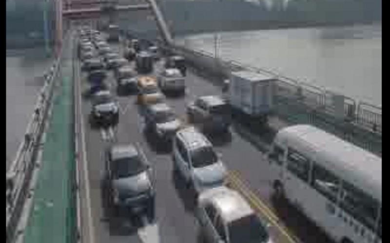 有民眾上午在臉書社團PO文,指關渡橋下往五股方向發生車禍,並稱機車騎士疑被撞死。(圖擷自《細說淡水》臉書)
