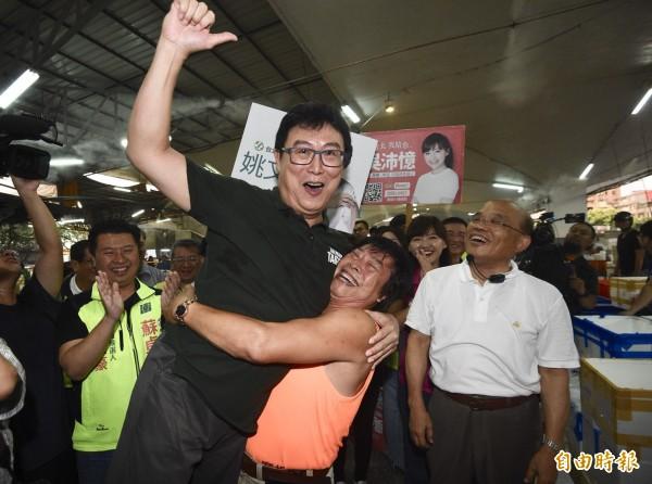 蘇貞昌、姚文智合體在台北中央市場拜票,受到攤商民眾熱情支持。(記者羅沛德攝)