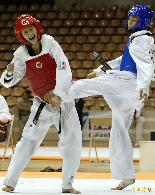 跆拳道金牌女將陳詩欣(右)的丈夫董俊男,控訴自己遭到家暴。圖為2003年,陳詩欣與楊淑君(左)在全運會決賽對戰畫面。(資料照)