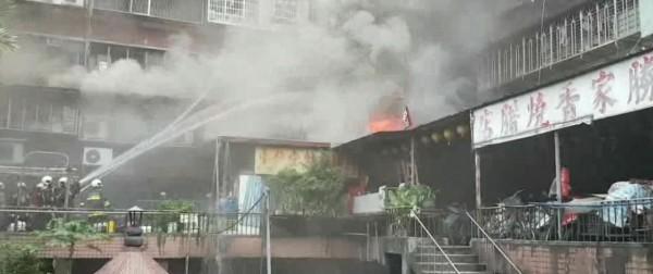 中華路二段一棟公寓今日凌晨發生火警,消防人員現場灌救畫面。(記者劉慶侯翻攝)
