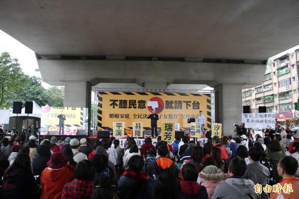 北北基安定力量聯盟在今日發起連署,號召罷免黃國昌。(記者林欣漢攝)