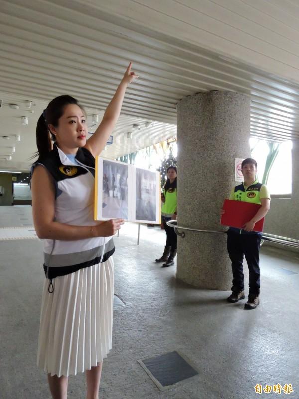 市議員李婉鈺指福洲火車站天花板雨天會漏水。(記者賴筱桐攝)