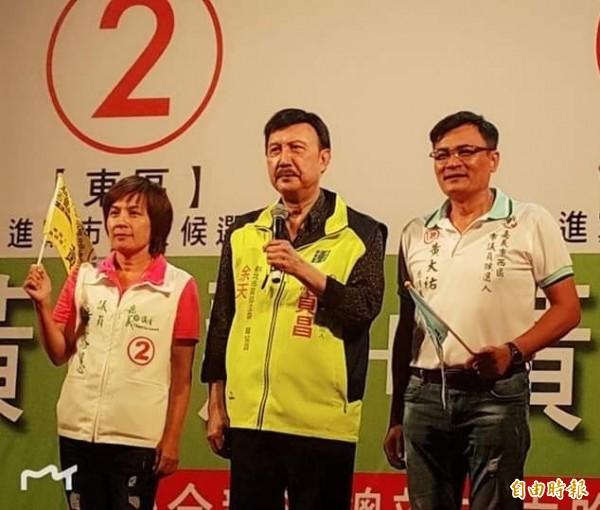 黃露慧(左)、黃大祐(右)姊弟雙雙當選市議員,圖(中)為日前民進黨新北市主委余天南下助陣。(資料照)
