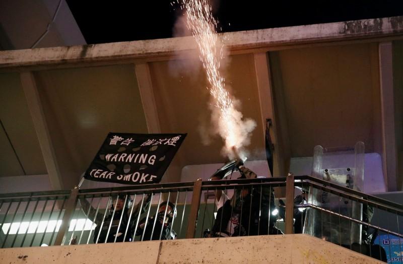 警方在林士街的天橋上、無極限中心、永安百貨等地發射多枚催淚彈。(路透)