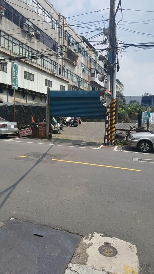 新北市板橋一處停車場前的入口處,有一個「詭異」停車格。(圖片取自「爆料公社」)