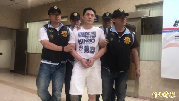 昨晚躲進三重公寓頂樓、持槍與警對峙的陳男,今天被移送法辦,傍晚解送台北地檢署歸案。(記者王宣晴攝)