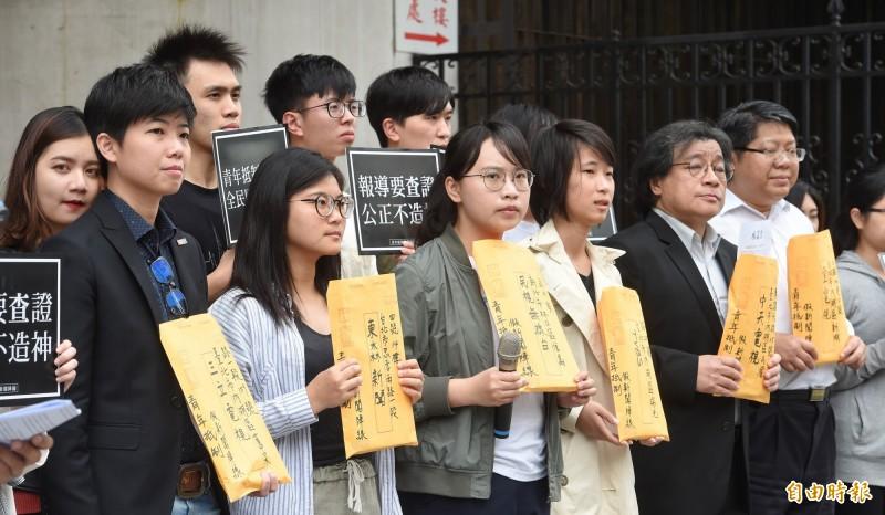 由台大、政大學生會串聯成立的「青年抵制假新聞陣線」昨日在立法院旁召開記者會,呼籲媒體報導要查證,公正不造神。(記者劉信德攝)