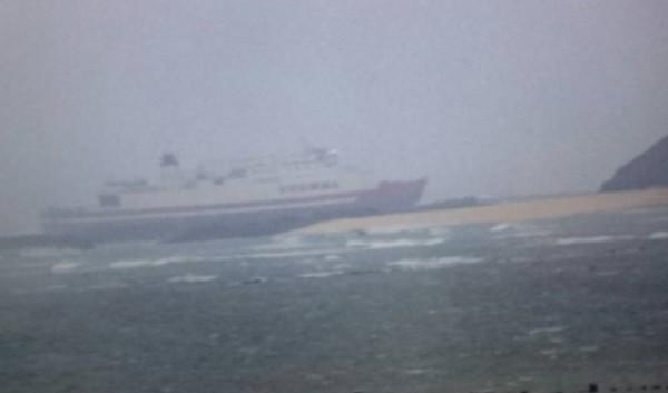 貨輪YUNHAI擱淺澎湖小白沙嶼。(圖由澎湖海巡隊提供)