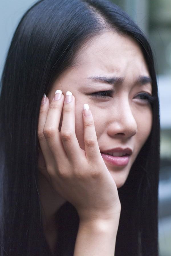 研究指出,講話一直說「我...」的人,很容易出現憂鬱等負面情緒。(情境照)