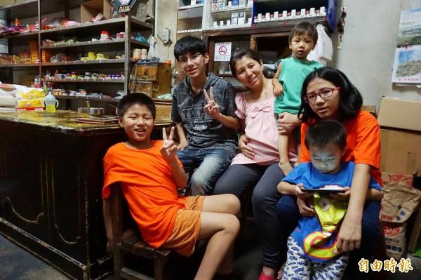 江孟芬與5個小孩開心合影,腹中小女兒將臨盆,長子和長女利用暑假打工不在家。(記者蔡淑媛攝)