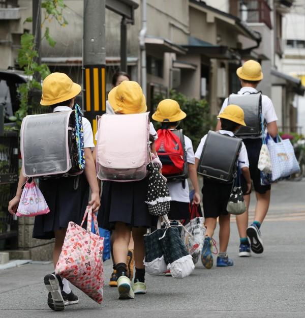日本小學4年級10歲女童栗原心愛遭父親「管教」死亡,調查人員發現她曾被當局安置,不久後又送回父親手上,使得日本各界對女童枉死憤恨不平,更引起人們對虐童事件的關注。日本小學生示意圖。(歐新社)