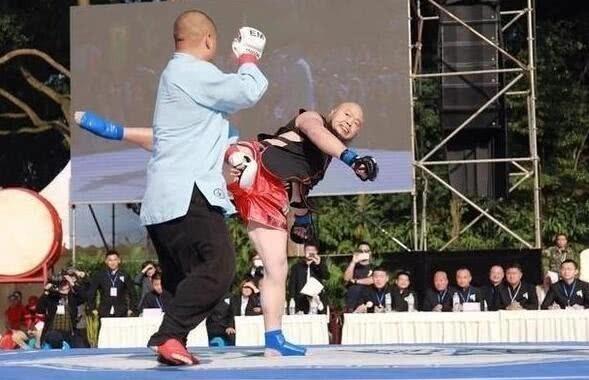 太極宗師魏雷日前復出比武,沒想到慘中127拳落敗。(圖擷取自YouTube)