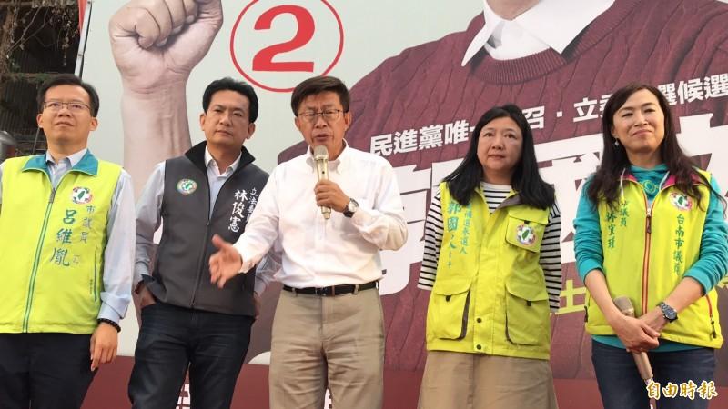 競爭激烈的台南第2選區立委補選,開票後民進黨候選人郭國文一直保持微幅領先,最後順利當選,郭國文感謝民眾力挺。(記者吳俊鋒攝)