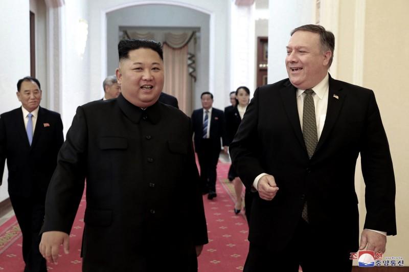 北韓外交部18日發出聲明,表示美國若還想針對核武計畫進行談判,美國國務卿龐皮歐(圖右)必須退出。(美聯社資料照)