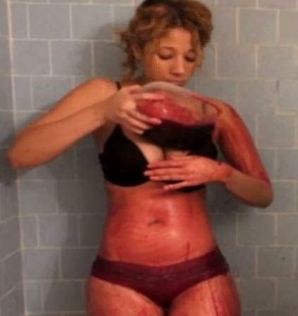她還說用血洗澡其實蠻冷的,而她唯一的困擾就是她沒辦法「血洗」自己的背,但是全家沒有一個人願意幫她。(圖擷自YouTobe)