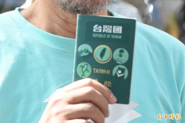 昨日有2名台灣遊客從高雄搭機到香港,卻因她們護照上貼有「台灣國」的貼紙,而被香港海關拒絕入境並遣返台灣。(資料照,記者劉信德攝)