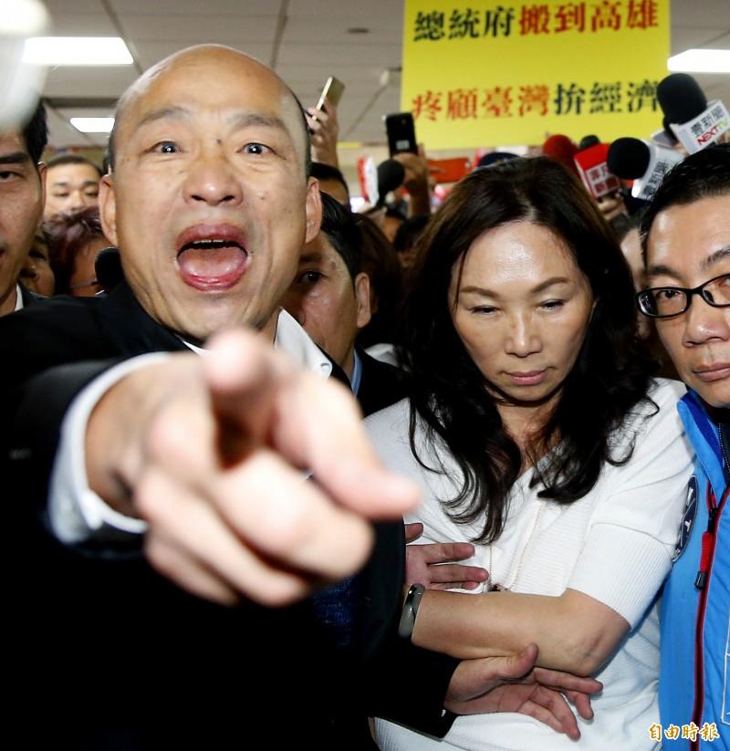 日前高雄市長韓國瑜在和媒體座談時,提到他在史丹佛大學演講時以「1女被3男追求」來比喻台灣和中國的關係,引起網友群起砲轟「有事嗎?」。圖為韓國瑜返台照。(記者朱沛雄攝)