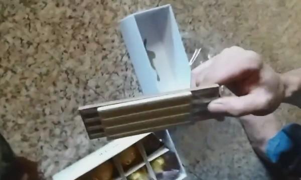 男子開箱發現,裏頭竟有混淆重量用的瓦片及偽裝的8顆巧克力。圖下方為偽裝的巧克力。(翻攝自Amrozi臉書)