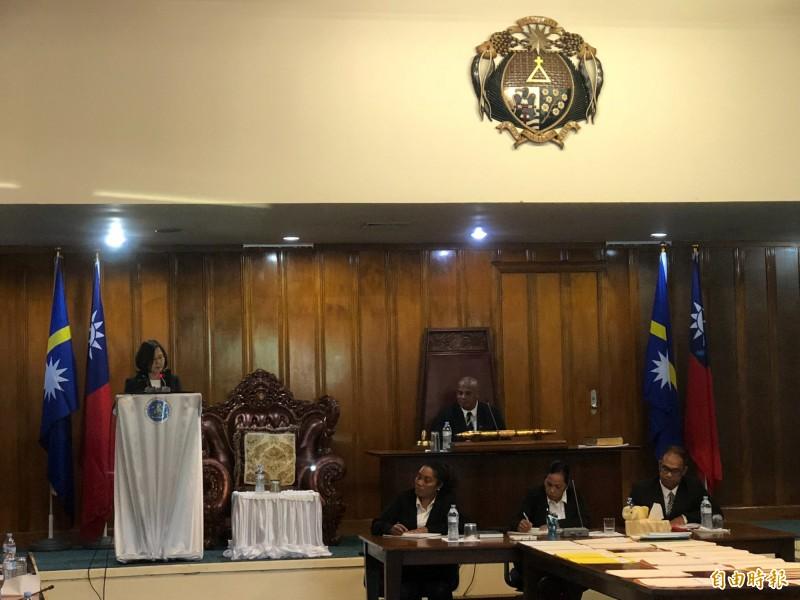 蔡英文總統(左)在諾魯國會發表演說後,諾魯國會通過決議,拒絕一中原則與一國兩制框架,承認台灣是主權獨立國家。(記者蘇永耀攝)