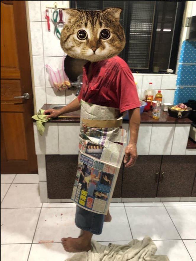 網友拍下公公穿上特製圍裙,煮薑母鴨的模樣。(圖擷自爆廢公社)